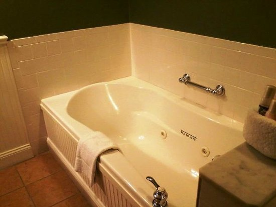Longfellows Hotel, Restaurant, and Conference Center: Jacuzzi tub