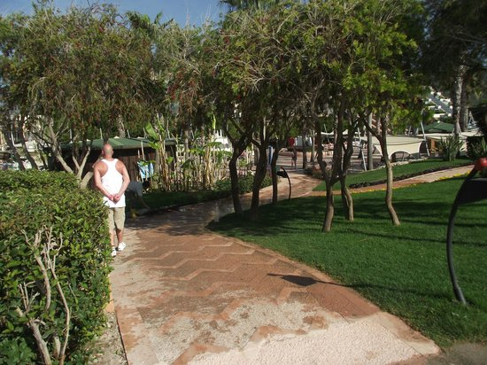 Limak Limra Hotel & Resort : walkway from beach