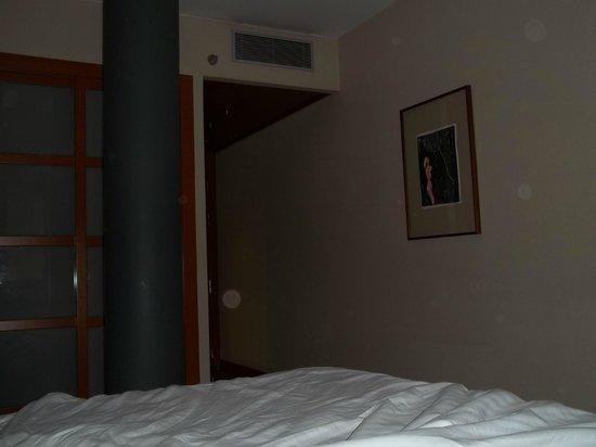 AC Hotel Leon San Antonio: la columna en medio de la habitación