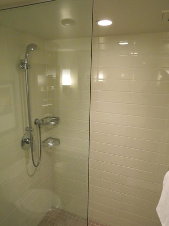 Delta Hotels Victoria Ocean Pointe Resort: Shower (but no bathtub)