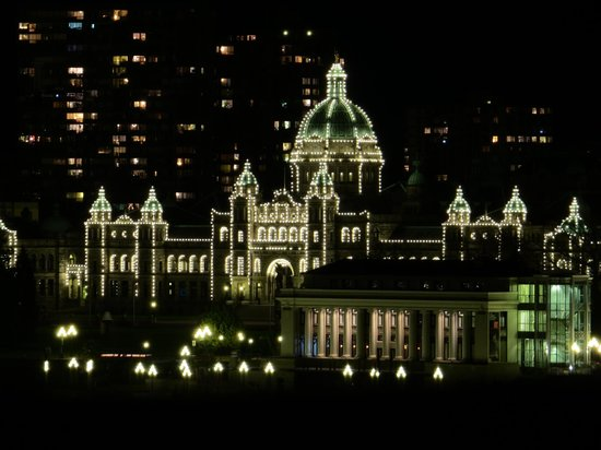 Delta Hotels Victoria Ocean Pointe Resort: Parliament buildings at night