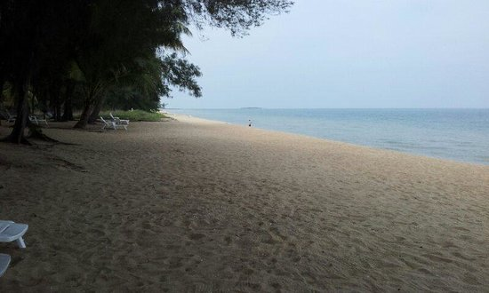 Bayview Beach Resort: The beach directly to bay view bech resort left side