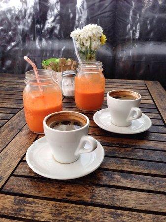 gumdiggers cafe: Yummy 'Zinger' fresh squeezed juice & good strong long blacks :-)