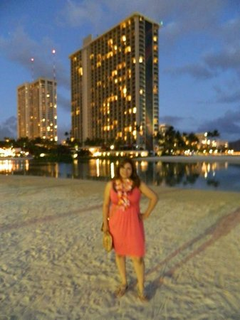 Hilton Hawaiian Village Waikiki Beach Resort: Frente a la laguna articial, atras la rainbow tower