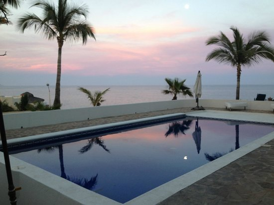 Surf in Cabo: Pool overlooking the break