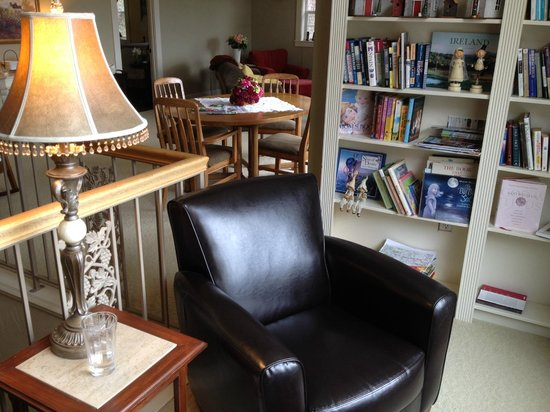 Viewmont Manor: Book nook with bay view