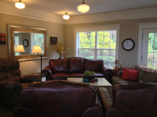 Viewmont Manor: Family living area