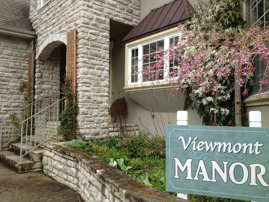 Viewmont Manor: Entrance