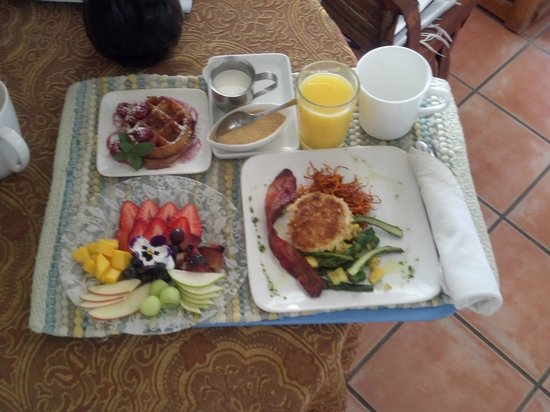 Peppertrees Bed & Breakfast Inn: Complimentary breakfast served in my suite. Beautifully done!
