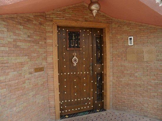 Porte d 39 entr e clous cuivre photo de dar rio oro ad for Revetement porte d entree