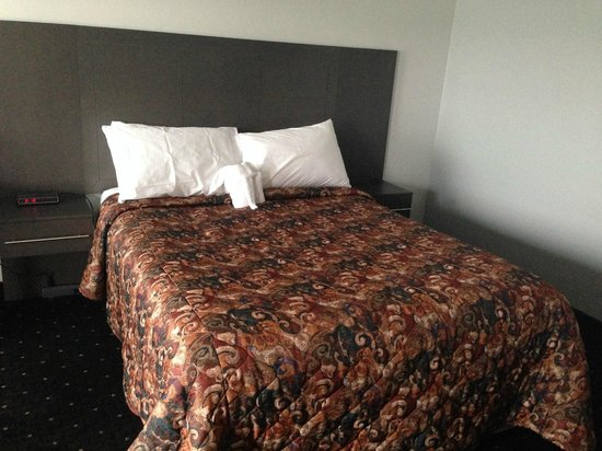 Howard Johnson Inn Gananoque: Queen Bed