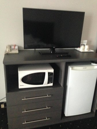 Howard Johnson Inn Gananoque: Tv stand