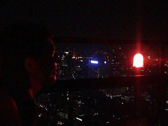 Moon Bar Bangkok : Dining beside aircraft lights on the 61st floor.