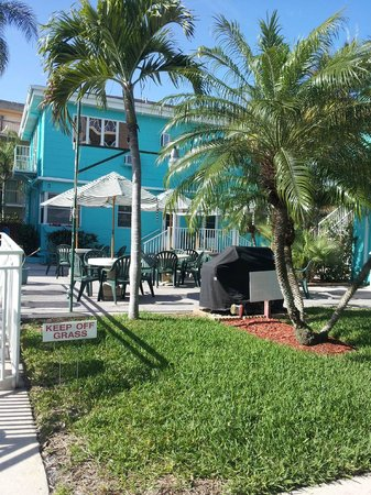 Coral Resort Condominiums : courtyard