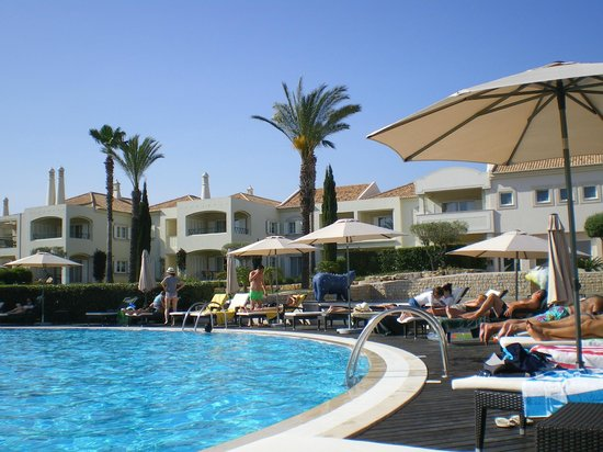 Vale d'Oliveiras Quinta Resort & Spa: Pool and sun loungers