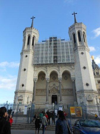 Basilique Notre Dame de Fourviere: Vista frontal da basílica