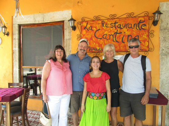 La Cantina Restaurante y Bar: Me and my partner with our Aussie friends and the best waitress in town!