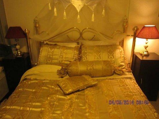 Blue Moon Motel: Nice Bed