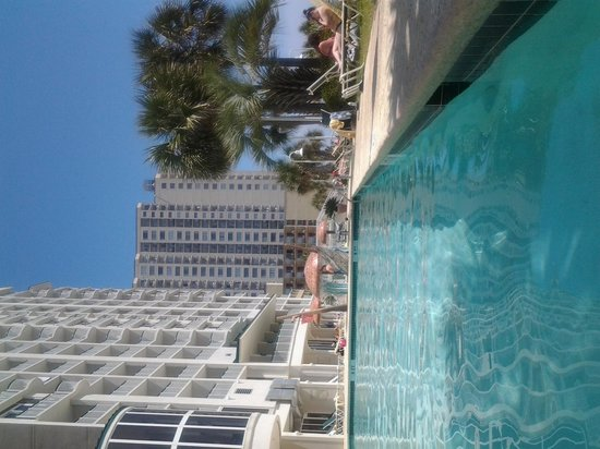 Hampton Inn & Suites Myrtle Beach/Oceanfront: From the shade of the pool - great at 4pm!