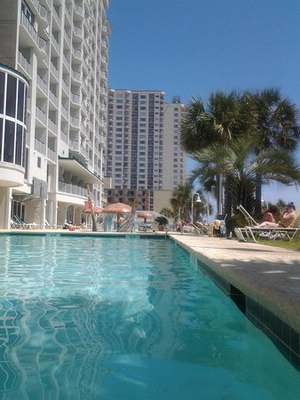 Hampton Inn & Suites Myrtle Beach/Oceanfront : From the shade of the pool - great at 4pm!