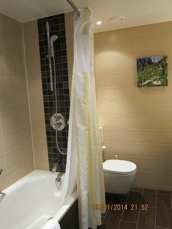 Hilton Garden Inn Davos: Spacious bathroom