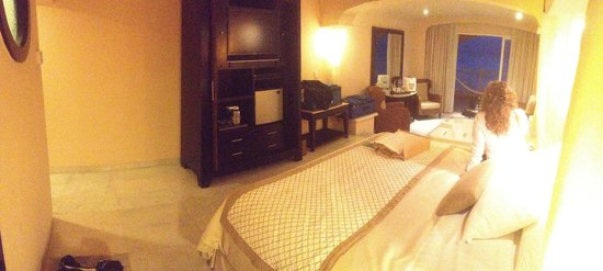 Cozumel Palace: Beautiful concierge level room with a view of the cruise ships!
