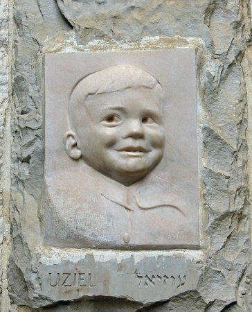 Yad Vashem Holocaust-Gedenkstätte: Sculpture of Uziel Spiegel near the entrance to the Children's Memorial.
