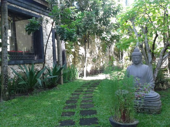 Pondok Gajah Hotel : the garden is filled with Balinese huts and beautiful landscaping