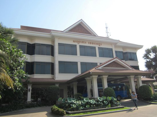 Khemara Angkor Hotel & Spa: Outside of hotel