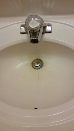 Red Roof Inn Jacksonville - Southpoint : The sink in my room, it doesn't look renovated.