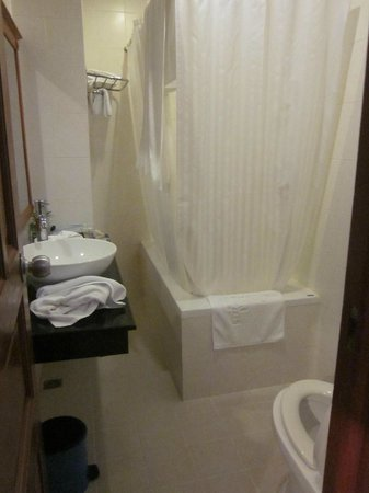 Oscar Saigon Hotel: Bath - very tight space