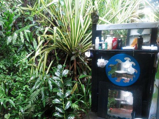 Hedonisia Hawaii Eco-Community Vacation Rentals: Outdoor shower