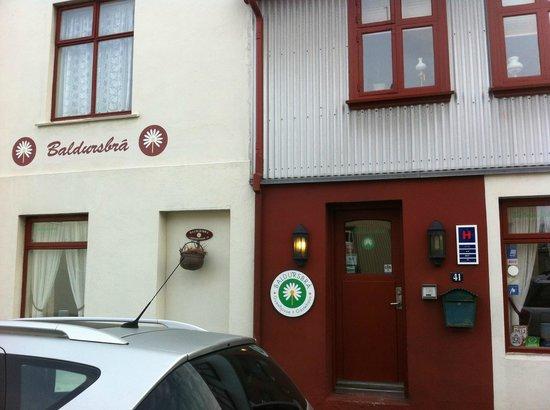 Baldursbra Guesthouse: front entrance