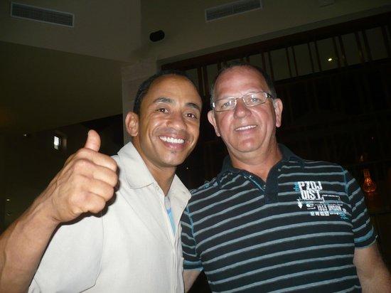 Royalton Punta Cana Resort & Casino: Un autre serveur au buffet du matin qui nous offrait un excellent service