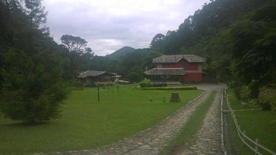 Um Lugar De Mato Verde: Entrada da pousa - vista da sede