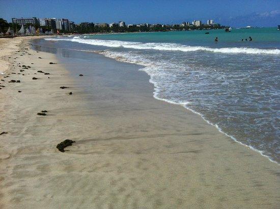 Ibis Maceio Pajucara: Praia na frente do hotel