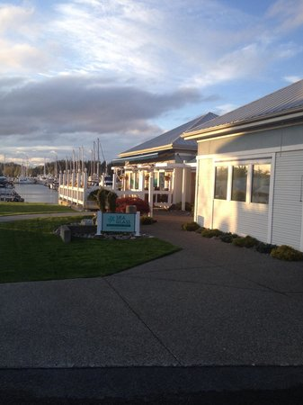Sea Glass Waterfront Grill: Out front