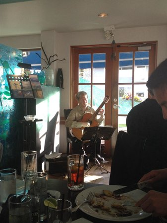 Sea Glass Waterfront Grill: Entertainment during dinner. Wonderful sounds of Hallelujah.