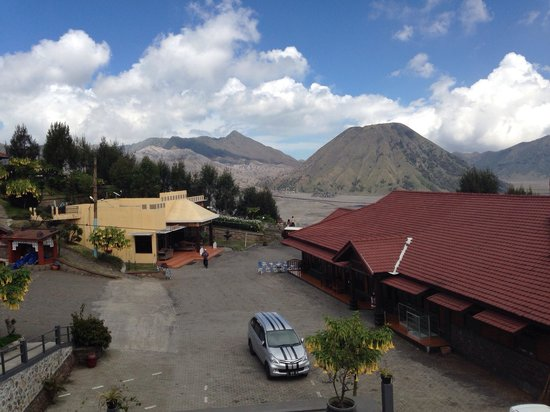Lava View Lodge : View from one of the rooms. Red building is restaurant while yellow building is reception. Foreg