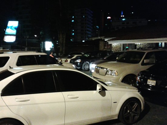 Restaurante Machu Picchu: crowd of cars outside double parked
