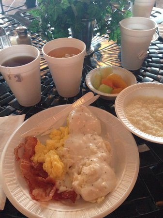 Clarion Inn Willow River: Hot breakfast, eggs, bacon, biscuit gravy, instant grits, fruit, tazo earl gray tea.