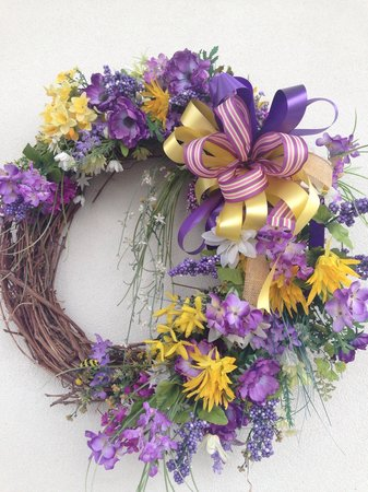 Clarion Inn Willow River: Easter wreath, nice decorations abound.