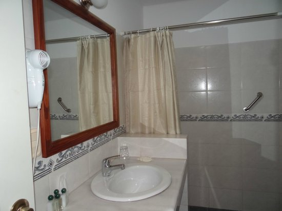 Ayres Hotel: Amplio baño