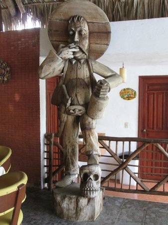 Ecotel Quinta Regia: Huge carved statue of Pancho Villa in the pool-side bar area