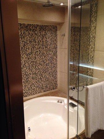 Harbour Grand Hong Kong: Bathrooms