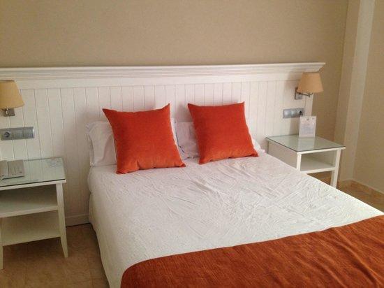 Hotel Pradillo Conil: Habitacion / room bed