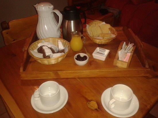Lagos del Sur Apart & Suites: el desayuno. .torta y mermelada caserA