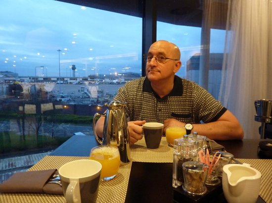 Radisson Blu Hotel, Manchester Airport : Taking breakfast while our aircraft is prepared x
