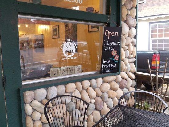 Caffe' Blossom: Outside Seating Area