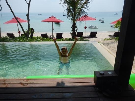 Anantara Rasananda Koh Phangan Villas: Room 64 looking from day bed to beach. Happy Kid happy Holiday.